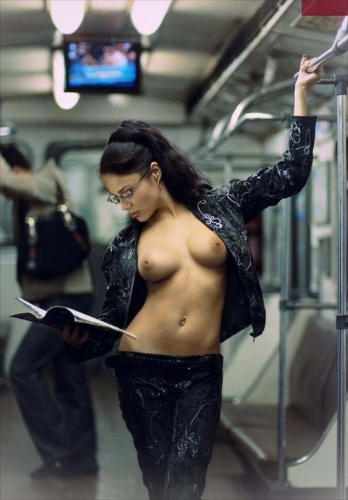 девушки в метро с красивой грудью новом темно-синем платье